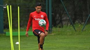 Carlos Salcedo entrena con el Eintracht Frankfurt.
