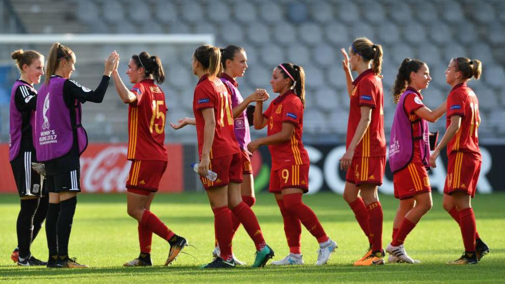Las jugadoras de la selección española se saludan tras un partido.