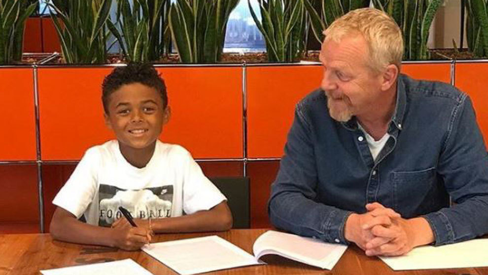 El hijo de Kluivert firmó contrato con Nike con nueve años