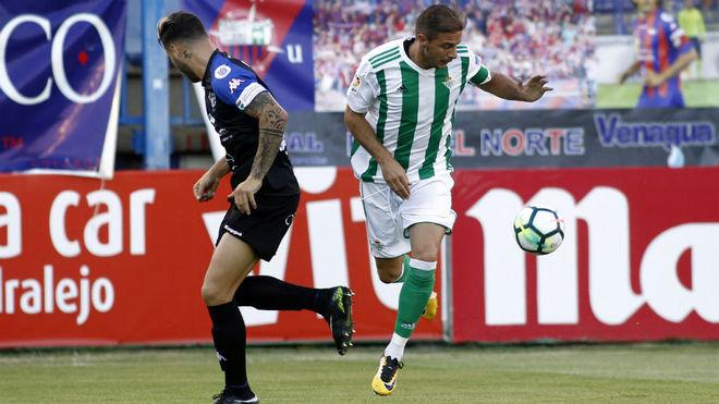 Joaquín se escapa de un defensa del Extremadura.