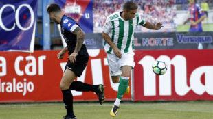Joaqu�n se escapa de un defensa del Extremadura.