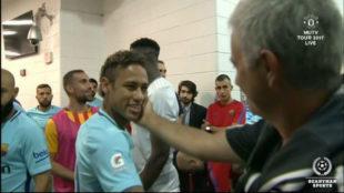Mourinho saludando a Neymar antes del partido.
