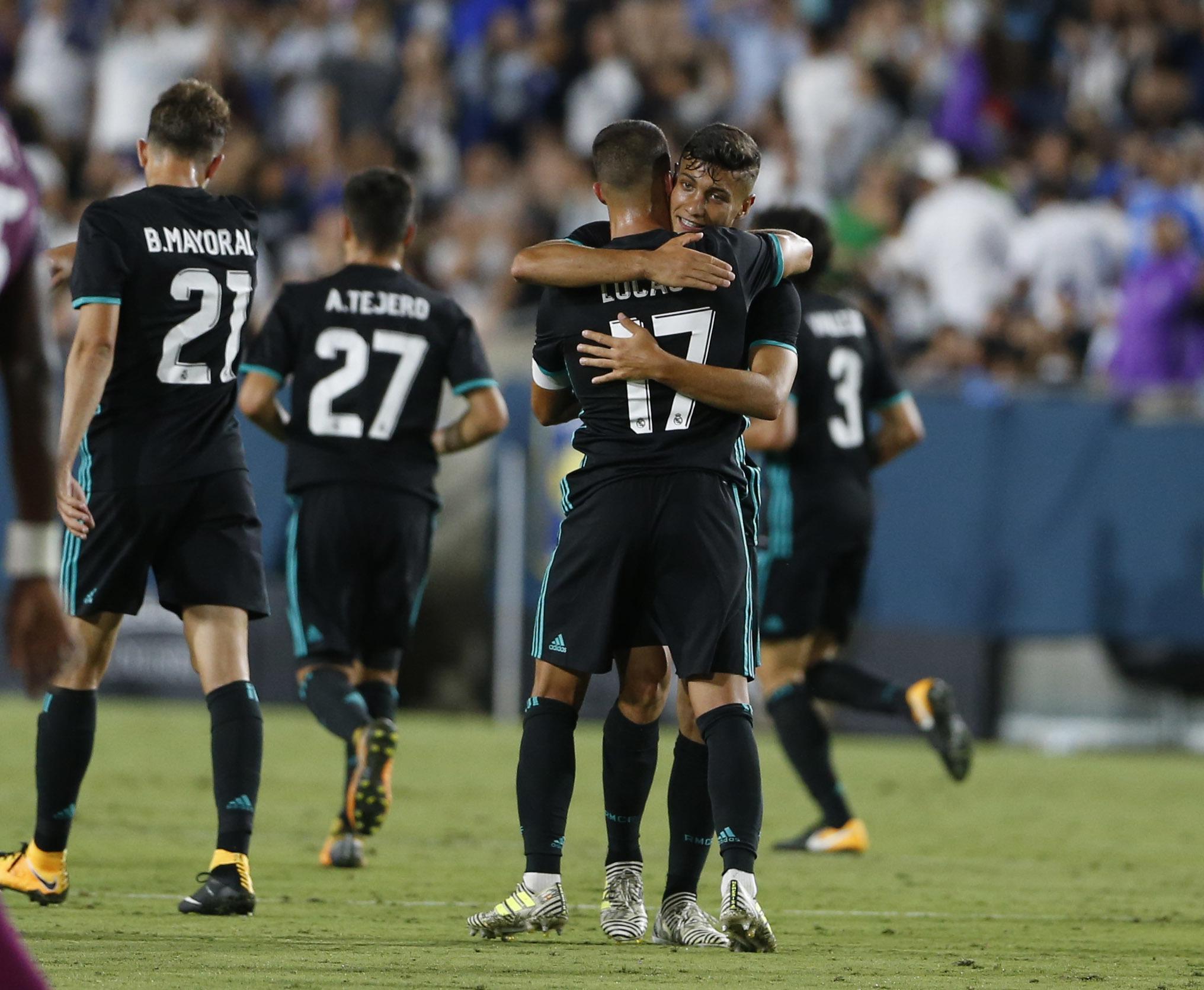 Lucas y Óscar se abrazan tras el único tanto del Madrid