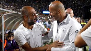 Guardiola y Zidane se saludan en la previa del partido en Los Ángeles