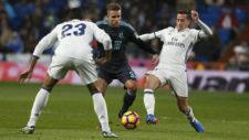 Rodrigues (23) disputa el balón con Danilo y Lucas Vázquez en su...