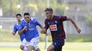 Iván Alejo (22) transporta el balón durante un partido frente al...