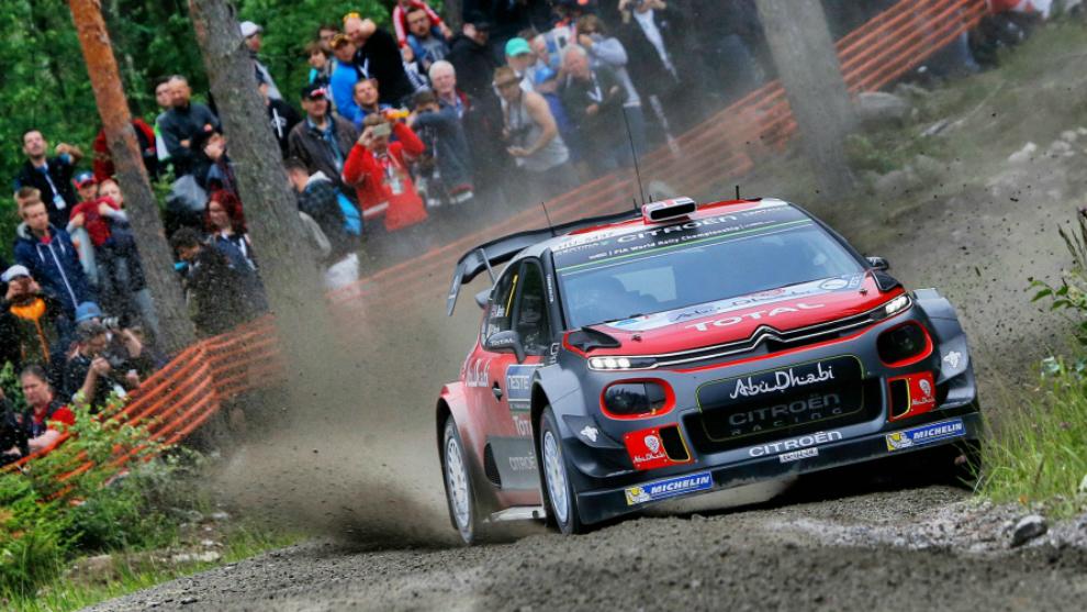 El piloto de Citroën, mordiendo una cuneta con su C3 WRC.