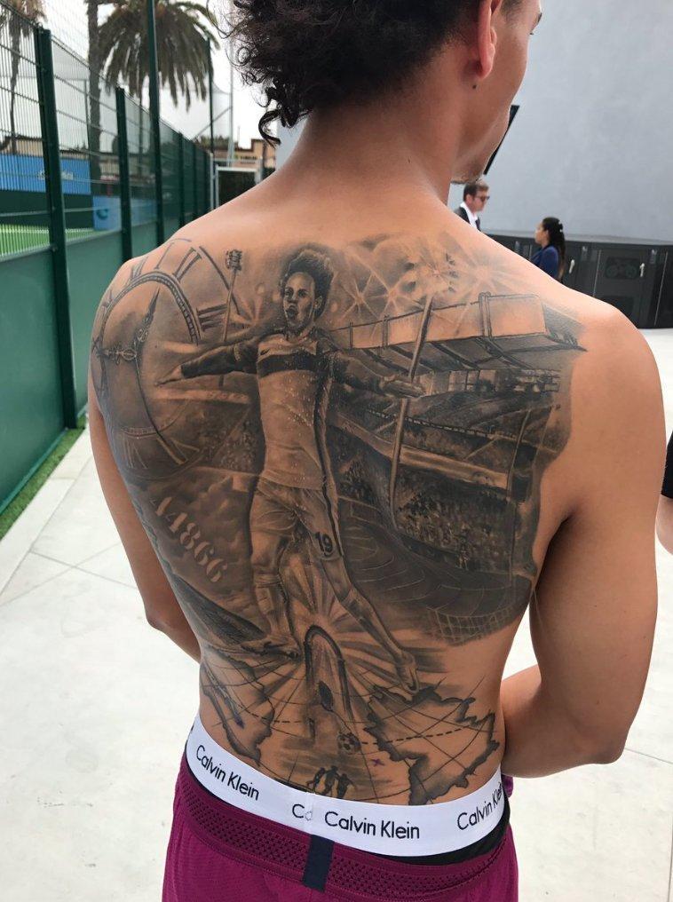 Buzz: Leroy Sané se tatúa a sí mismo en la espalda | Marca.com