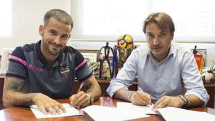 Rubén García firma su nuevo contrato con el Levante junto al...