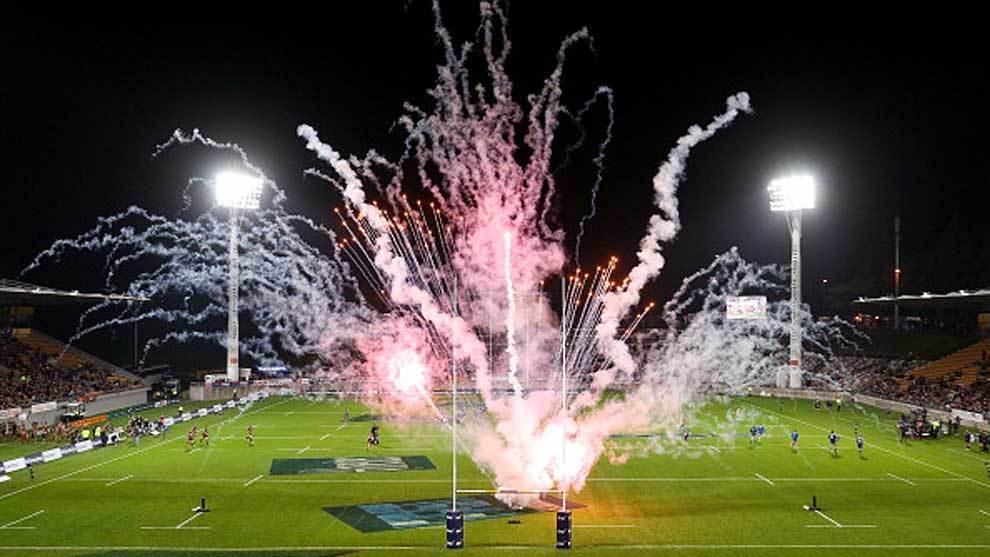 Fuegos artificiales antes de un partido del Súper Rugby de esta...