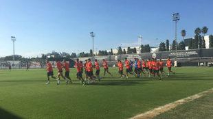 Los jugadores del Valencia, durante la sesión de esta tarde en...