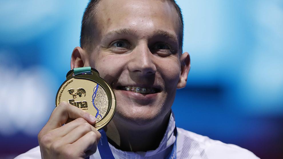 Caeleb Dressel posa con su oro en los 100 metros libre