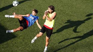 Vietto hace una chilena ante Filipe Luis en el entrenamiento del...