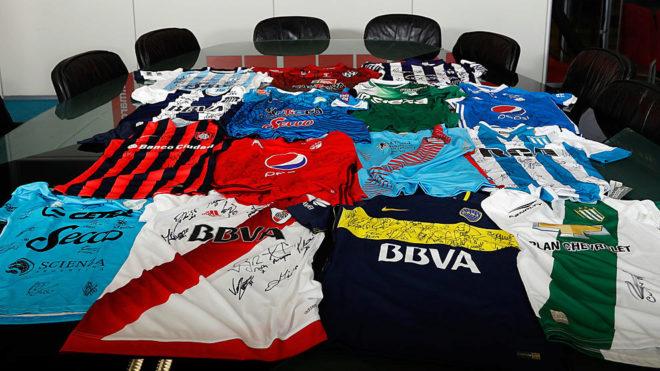 La camiseta firmada de los argentinos y colombianos.