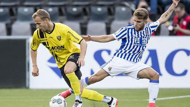 Un jugador del Venlo avanza con el balón ante la oposición de la...