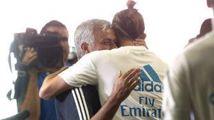 Mourinho y Bale se abrazan antes del partido entre Madrid y United