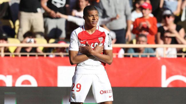 Mbappé (18) celebra un gol en el Estadio Luis II