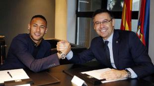Neymar y Bartomeu, en la firma de la última renovación del...