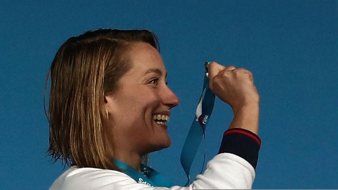 Mireia Belmonte muestra su medalla a sus allegados