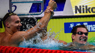 Nathan Adrian levanta el brazo del vencedor, Caeleb Dressel.