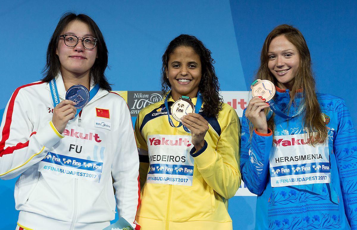 Elaine Medeiros, con el primer oro para Brasil.
