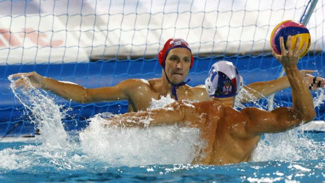 Andrija Prlainovic se dispone a lanzar ante la portería croata...
