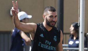 Benzema saludando antes de un entrenamiento