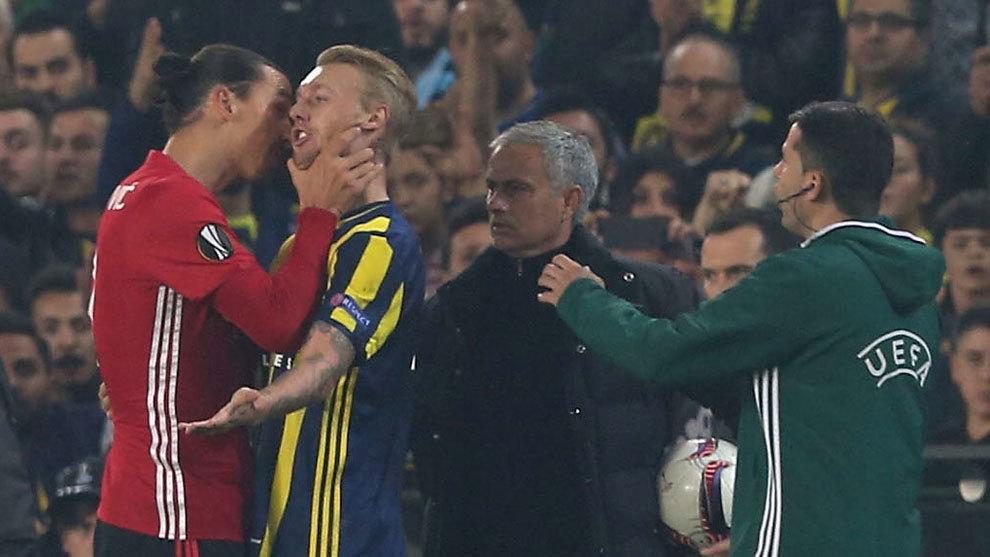 Ibrahimovic agarra por el cuello a Kjaer durante un partido de la...