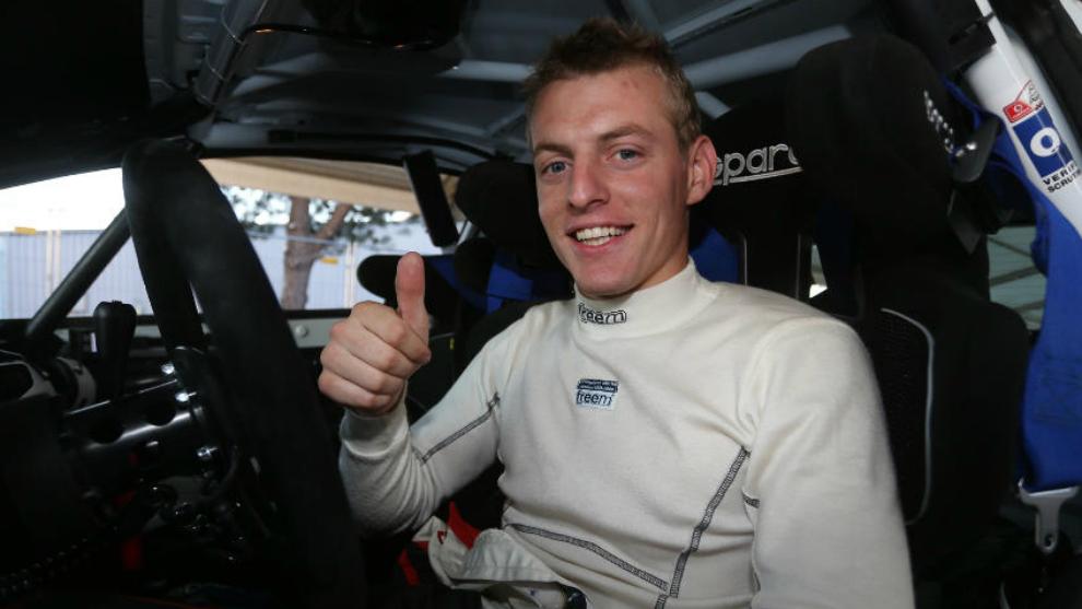 El piloto barcelonés, en el habitáculo de su Ford Fiesta R2T.
