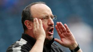 Rafa Benitez (57), dando indicaciones durante un partido