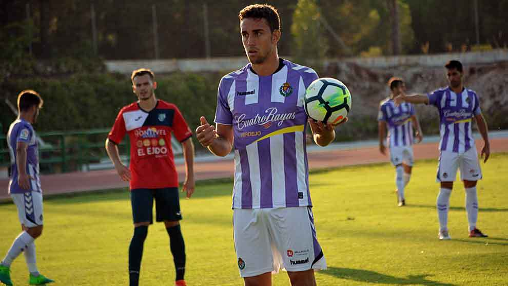 Mata, autor del primer gol, con el balón durante el partido ante El...