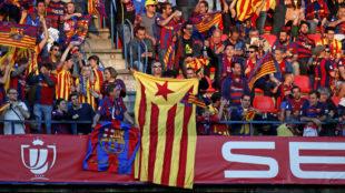 Aficionados del Barcelona mostrando banderas independentistas en la...