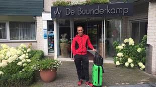 Oltra, maleta en mano, abandona la concentración nazarí en Holanda