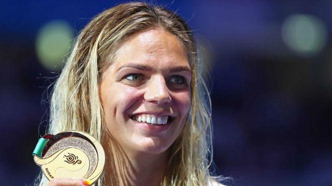 Yulia Efimova luce la medalla de oro.