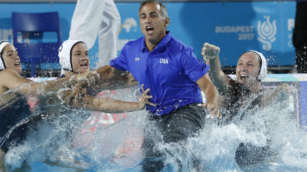 La jugadoras americanas lanzan a la piscina a su seleccionador Adam...