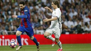 Messi y Modric, en un Clásico de la pasada temporada.