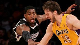 Jason Thompson y Pau Gasol disputan un balón en un partido en la NBA.