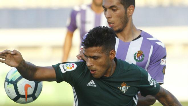 Nahuel intenta controlar un balón ante un defensa del Valladolid.