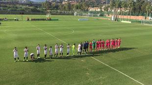 Los dos equipos, antes del comienzo del encuentro.