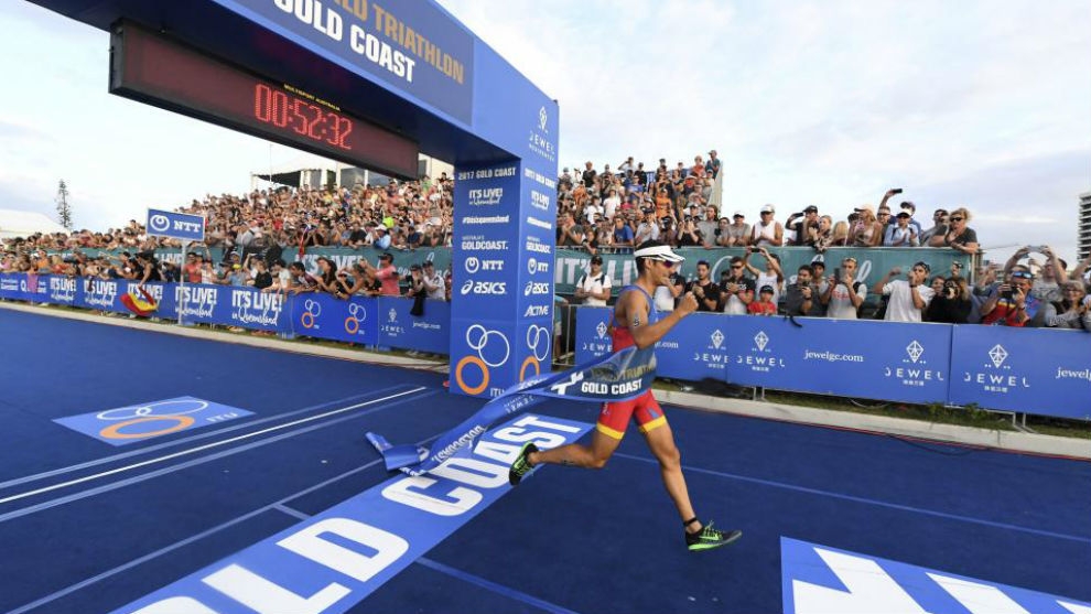 Mario Mola cruza la meta en la prueba de Gold Coast.