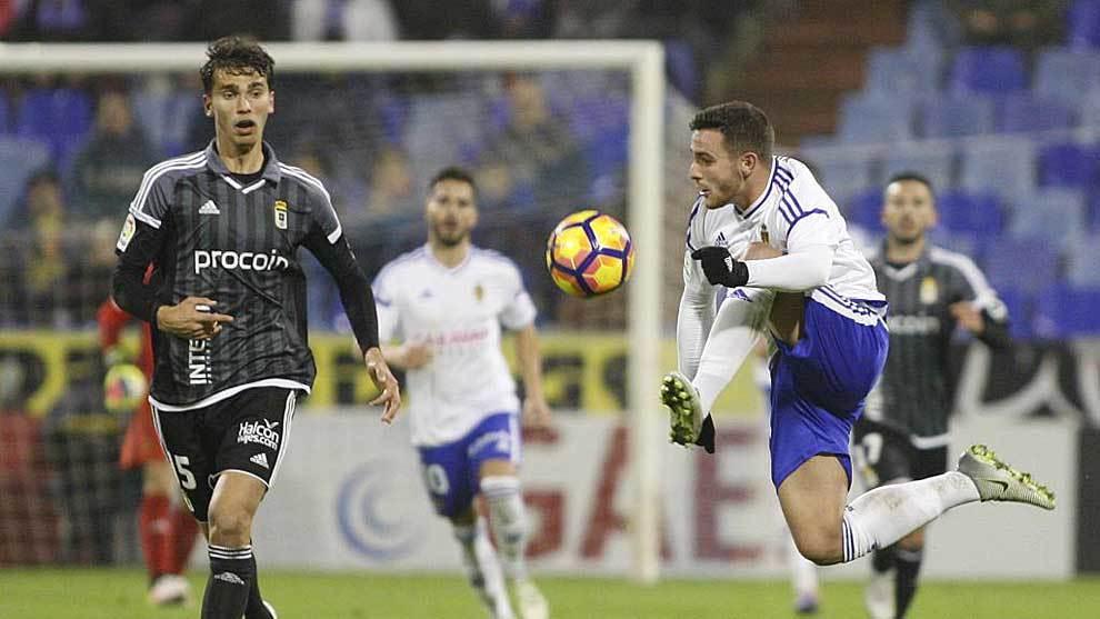Xiscu controla el balón ante Lucas Torró en el Zaragoza-Oviedo de la...