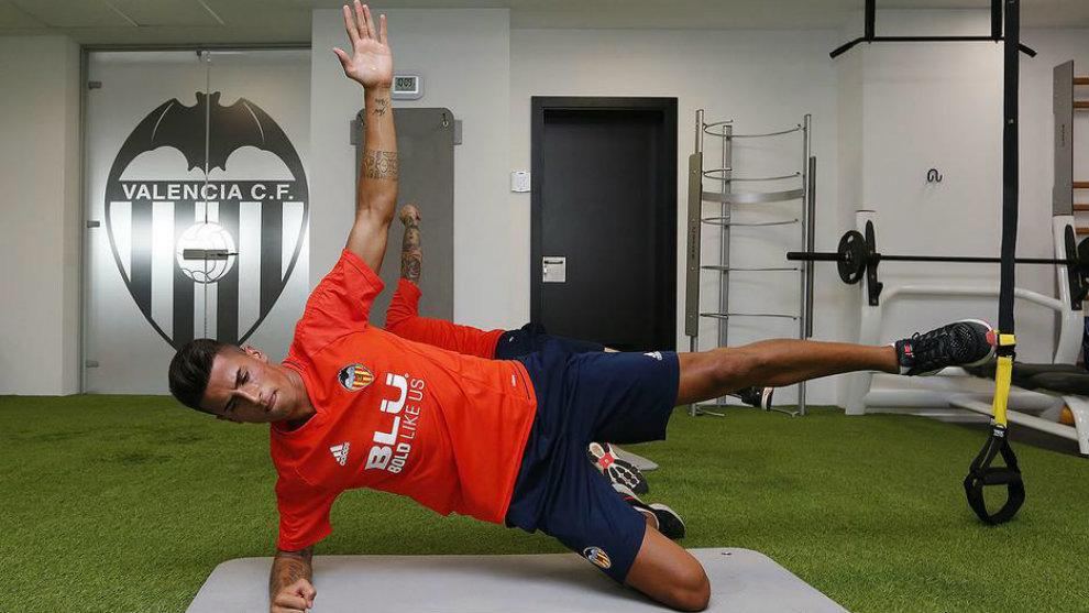 Cancelo se entrena en el gimnasio de la ciudad deportiva de Paterna.