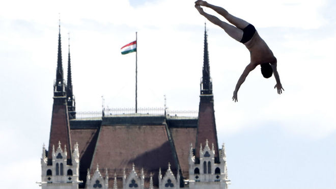 El norteamericano Lo Blue, en uno de sus saltos, con el parlamento...