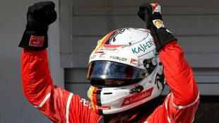 Vettel celebra su triunfo en Hungría.