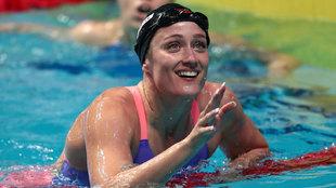 Mireia Belomonte después de ganar la medalla de oro en 200 metros...