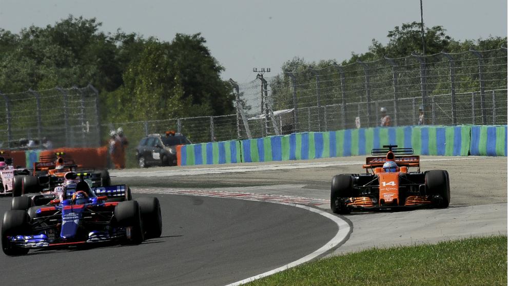 Alonso se sale de pista.