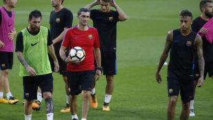 Ernesto Valverde camina junto a Messi y Neymar durante un...