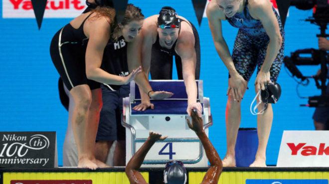 Baker, King y Worrell felicitan a Manuel, en el agua.