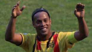 Ronaldinho (37) saluda al p�blico en el Estadio Nacional de...