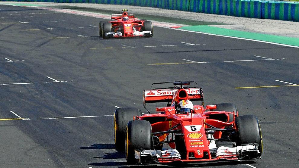 Vettel y Raikkonen, al cruzar la línea de meta.